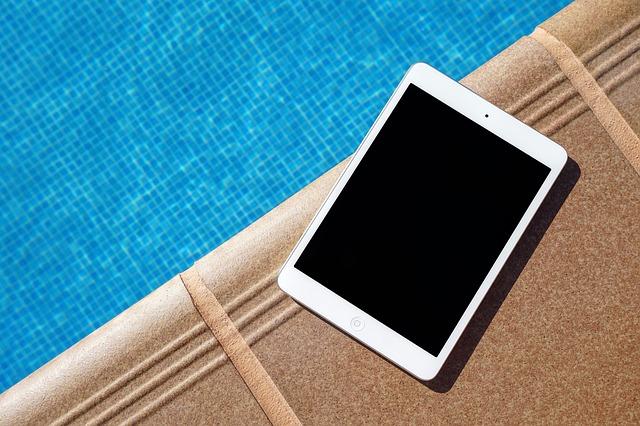 tablet u bazénu